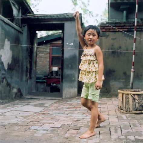 pekin-37-hutong-1-fille-corde-a-sauter