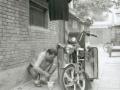 pekin-62-hutong-3-habitant-qui-repare-sa-moto