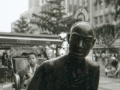 pekin-89-rue-principale-enfant-dans-sculture-pousse-pousse