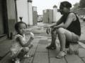 pekin-94-sortie-hutong-fille-maire-sur-le-trottoir