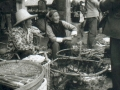 dali-15-marche-legumes-2-femmes-par-terre